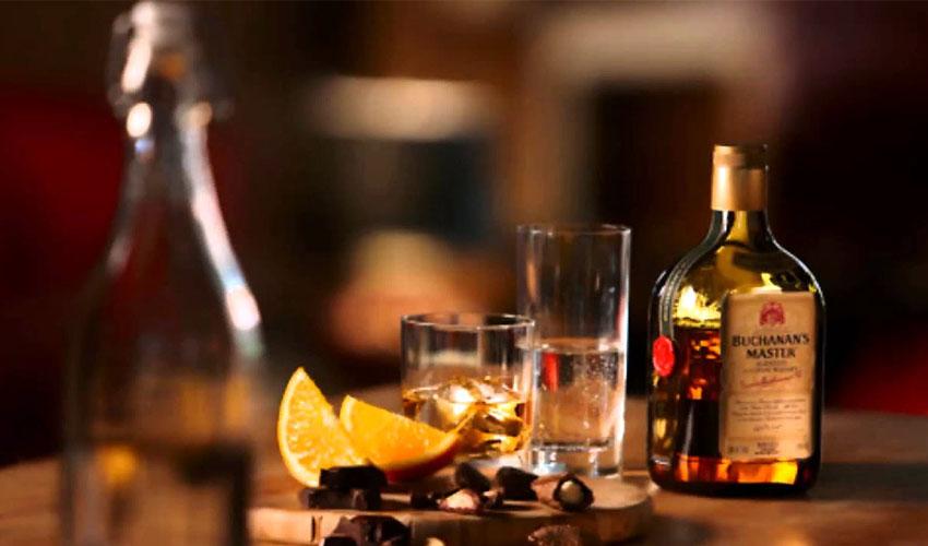 открытая бутылка виски