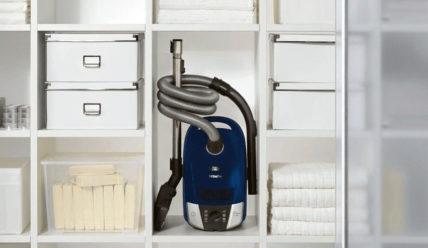Организация компактного хранения пылесоса в квартире