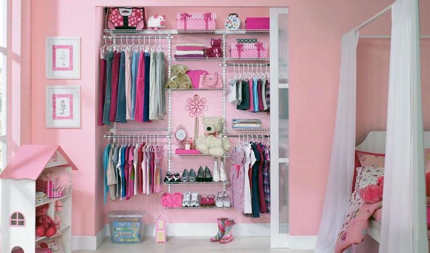 детская одежда в шкафу